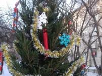 Сотрудники «Урал-СТ» своими руками сделали игрушки для 12 дворовых елок
